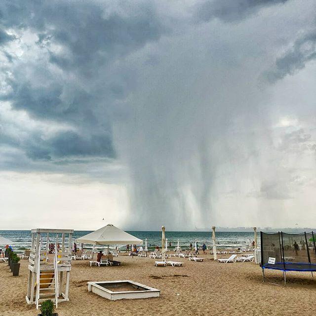 Даже дождик в ОдессеМаме на море красавчик !!!