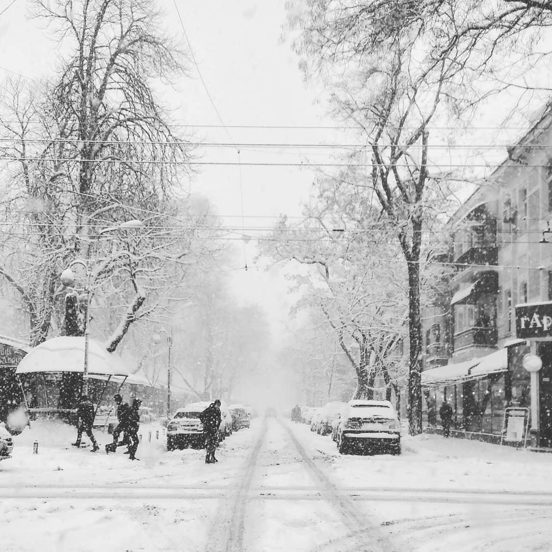На том же месте спустя час... По центру увеличиваются пробки, 2 жды замечена снегоуборочная техника... Метель усиливаеться, на дороге весёлый гололёд 8(...